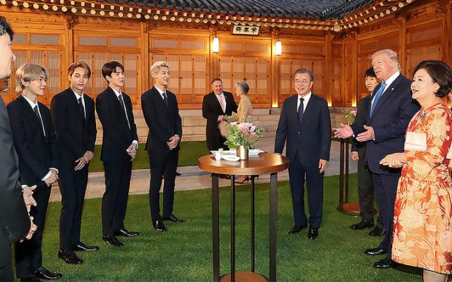 EXO s Donaldem Trumpem