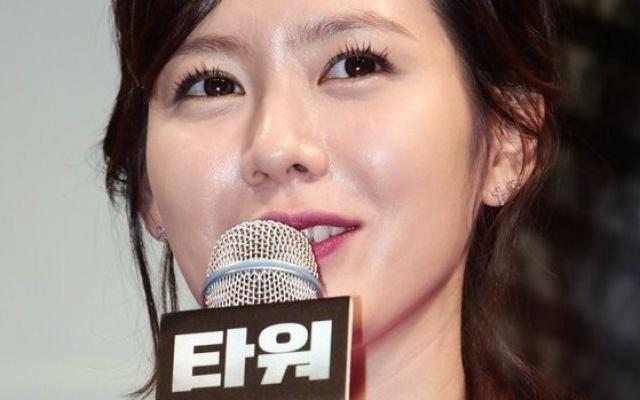 Son Ye Jin na tiskové konferenci