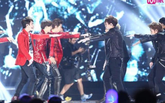 EXO vystupují s MAMA