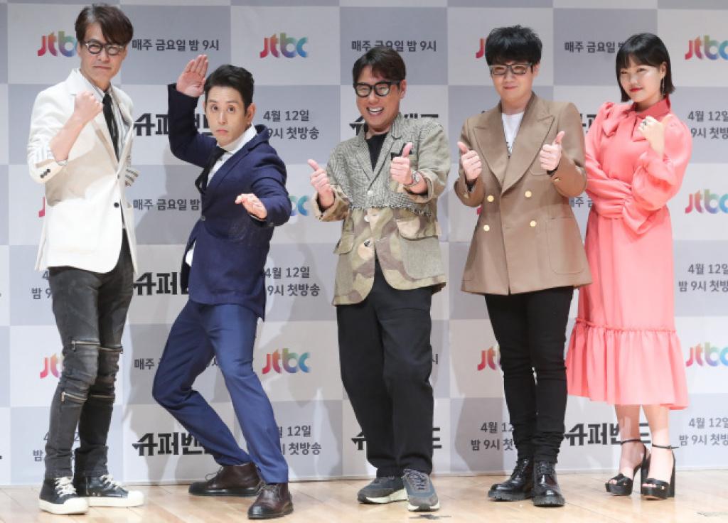 Z ľava: Yoon Sang, Joe Hahn, Yoon Jongshin, Kim Jongwan, Lee Suhyun